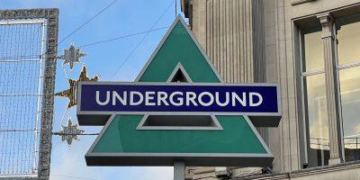 PlayStation 5 – ultravagány marketingként Londonban lecserélték a metró logóját a PlayStation gombjaira