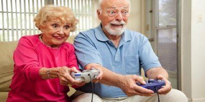 Világ – több idős ember videojátékozik