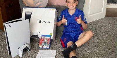 Világ – PS5-öt küldött egy focista egy jótékonykodó srácnak